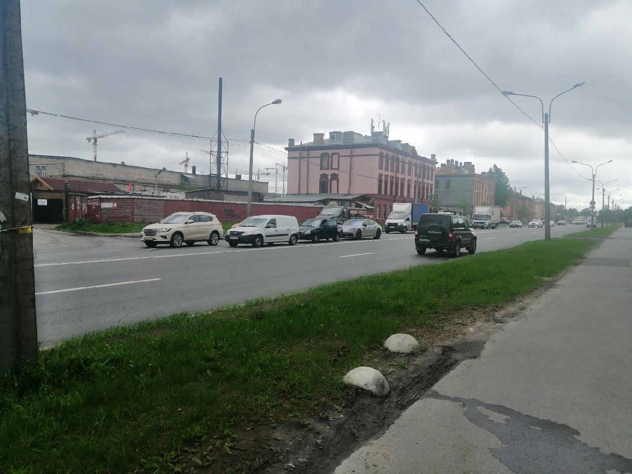 На Митрофаньевском шоссе, в сторону Обводного канала столкнулись немец и 2 отечественных автомобиля.