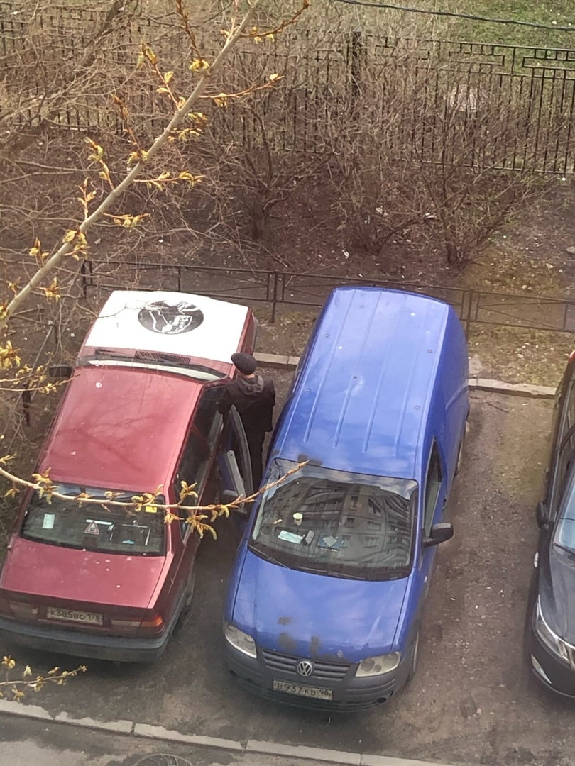 Во дворе дома №7 на Рыбацком проспекте, мужчины с признаками сао на Фольксвагене совершили ДТП удари...