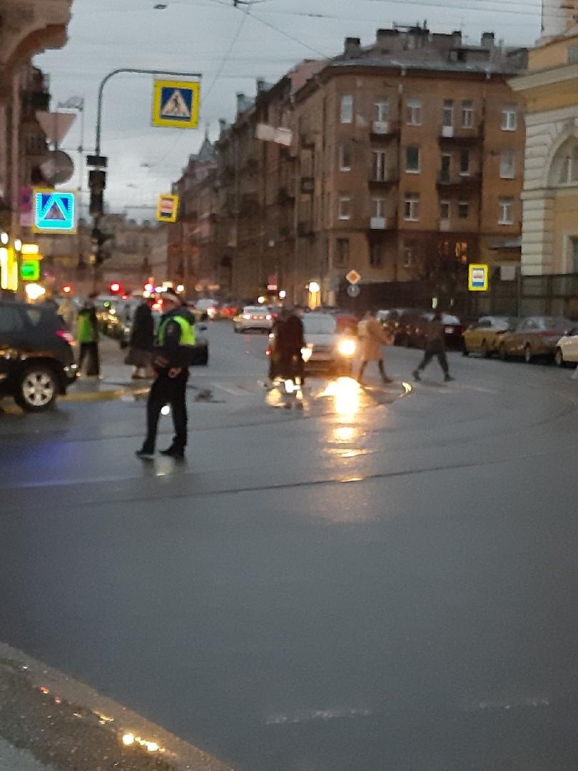 Не нужно ехать от Владимирской площади к Невскому, не пустят даже троллейбусы. И выход с Адмиралтейс...