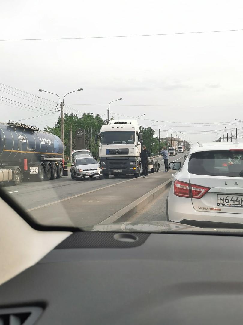 Фура поймала гонщика на делике на спуске с путепровода Автово на маршала Жукова, в сторону Стачек.