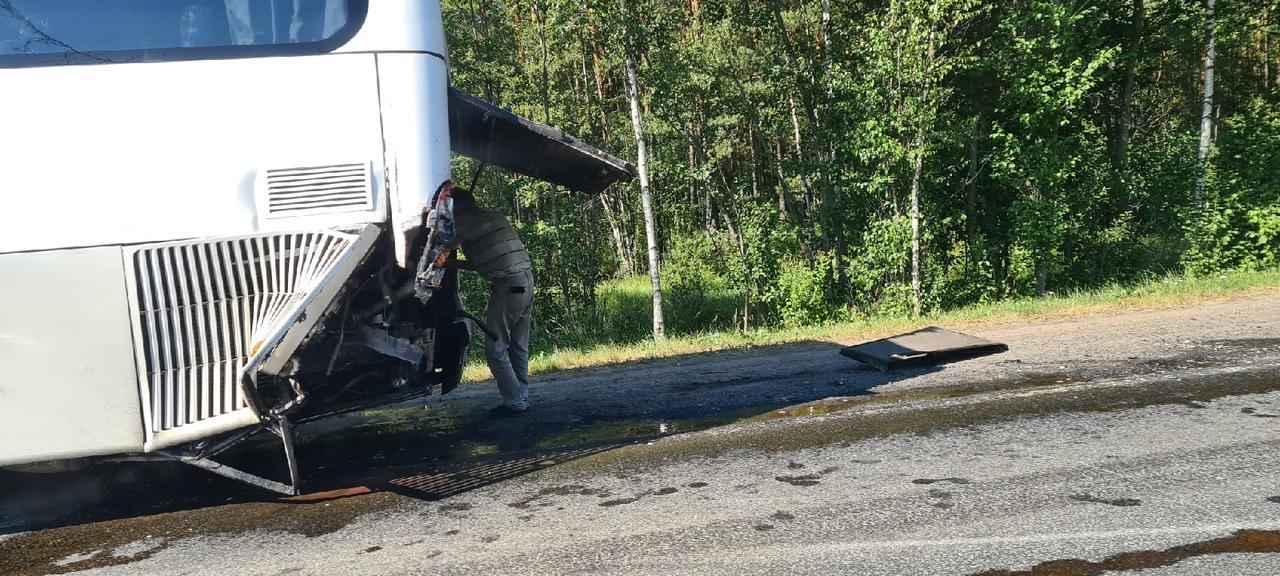 На 76 км автодороги Кола фура догнала автобус , Пробка образовалась в обе стороны
