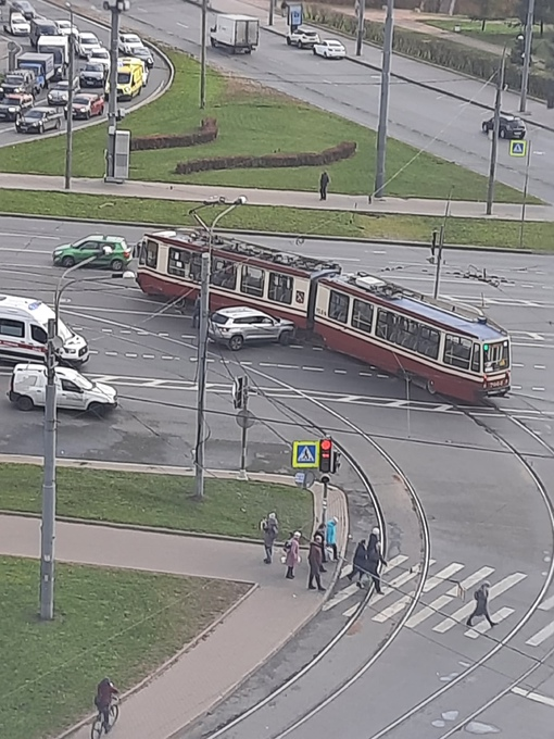 На съезде с моста Александра Невского Skoda протаранила трамвай. Трамваи стоят в обе стороны