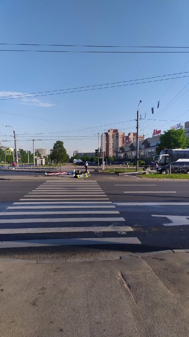 Каким-то образом кто-то завалил два светофора на перекрёстке Славы и Пражской