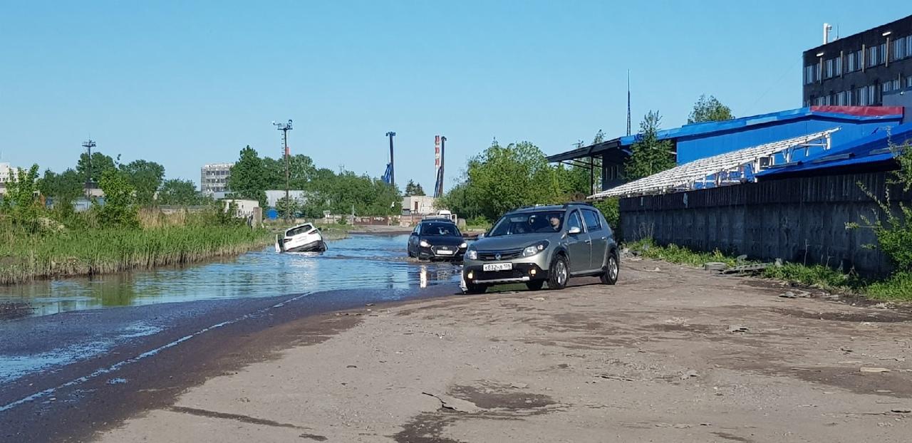 Дизельный проезд - дизельное море переплывают не все. 30 мая в проезде утонул каршеринг.