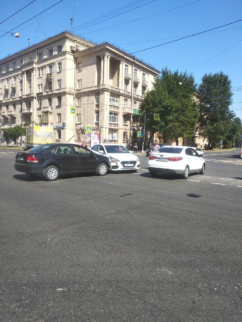 Ситимобил как всегда, я двигался на зелёный по Зайцева к краснопутиловской, но водитель такси почему...