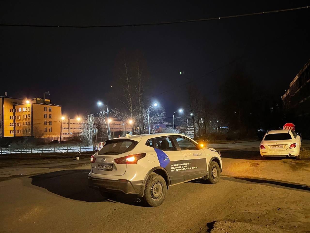 У ЛЭМЗА Каршеринг Яндекс драйв столкнулся с Мерседесом.