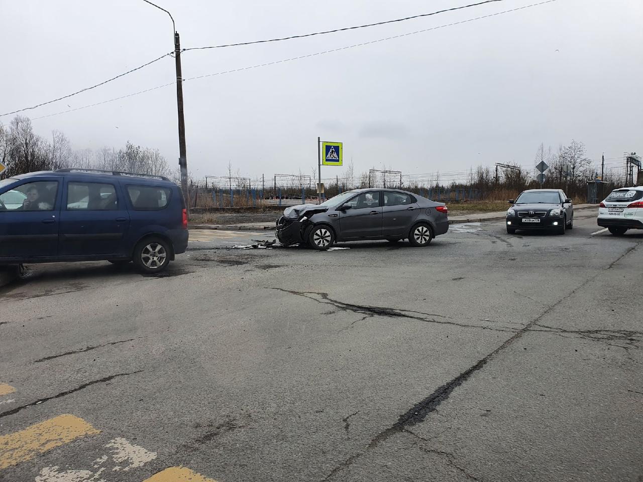 В Металлострое Ларгус вылетел на тротуар на перекрёстке Центральной и Железнодорожной.