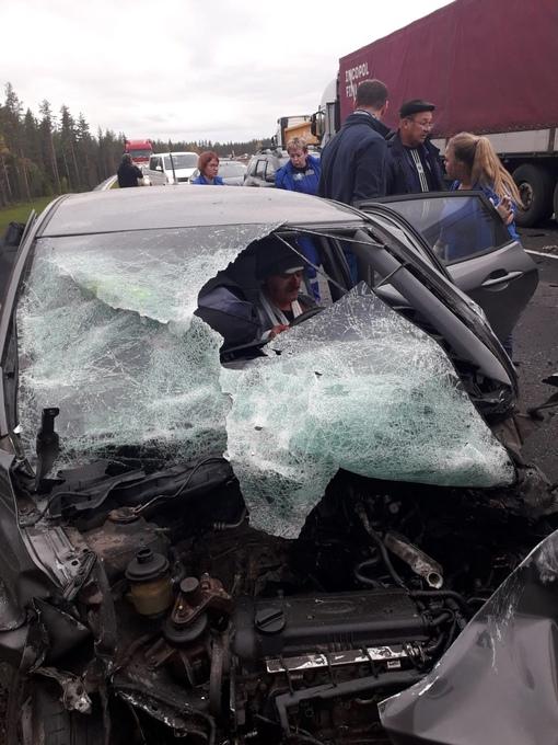 На «Скандинавии» между развязками с дорогами на Кирилловское и на Пушное столкнулись грузовик и «Киа...