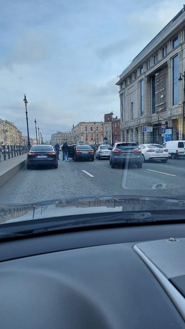 Из-за ДТП на Лиговском пр. у Галереи формируется пробка.