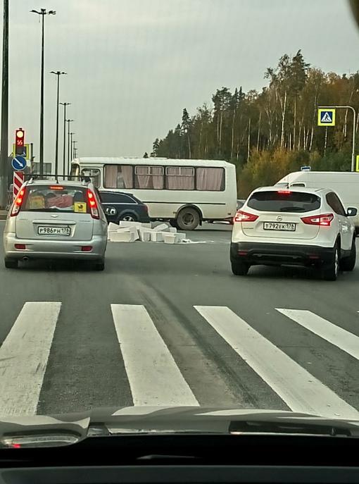 НА перекрёстке Парашютной и дороги в Каменку разбросаны блоки.