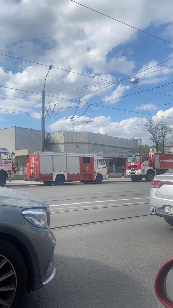 К метро Черная речка стянуты три пожарных машины и штаб, примчались с мигалками. Пока стоят, ничег...