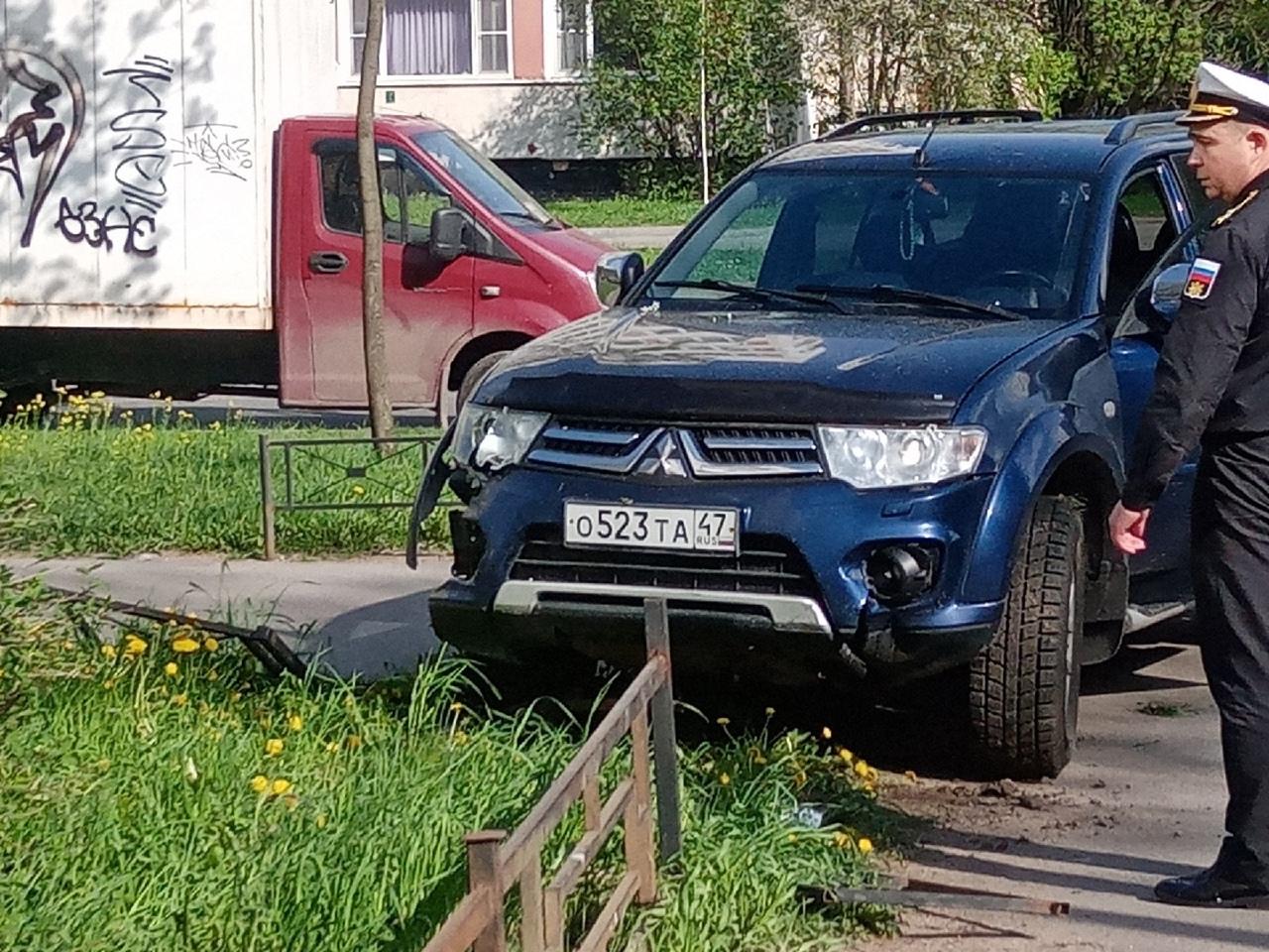 Дама за рулем внедорожника «Мицубиси Паджеро Спорт» избороздила газон и повалила цветущую вишню на у...