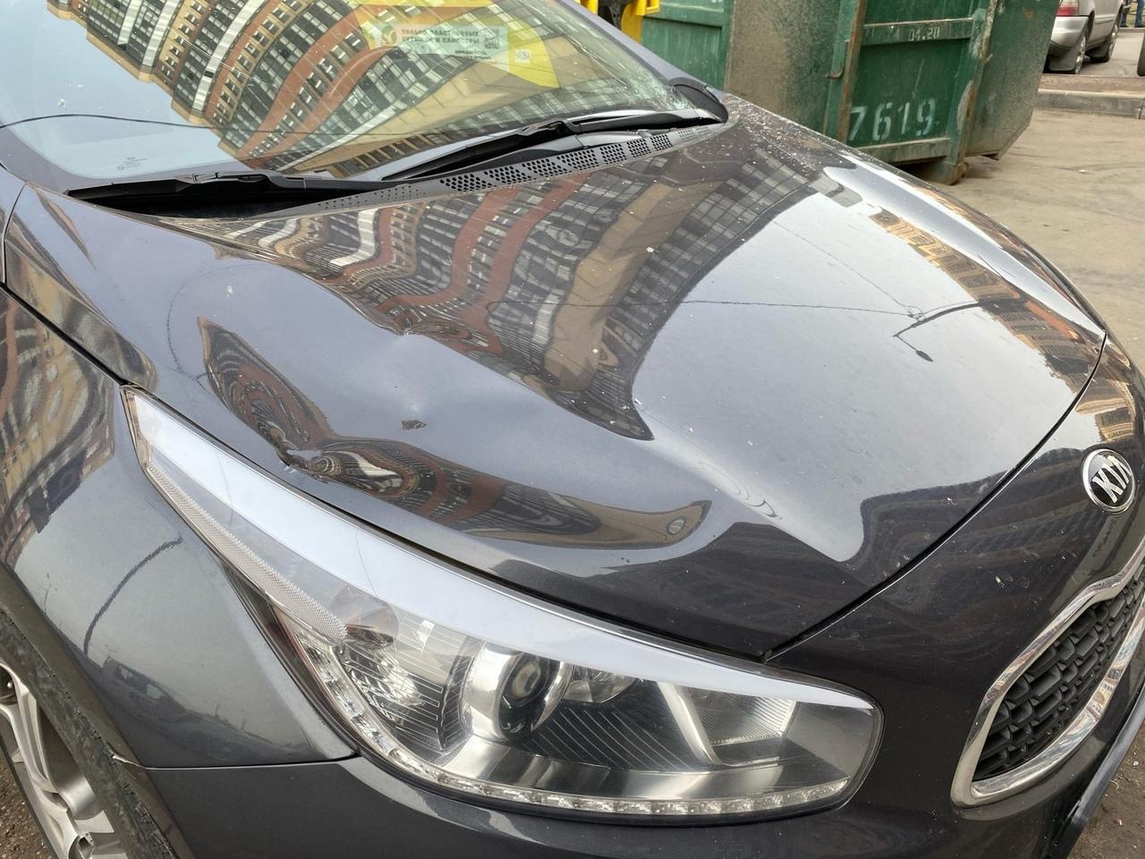 Сегодня утром, разбили машину во дворе на парковке по адресу Валерия Гаврилина д. 13к1. Предположите...