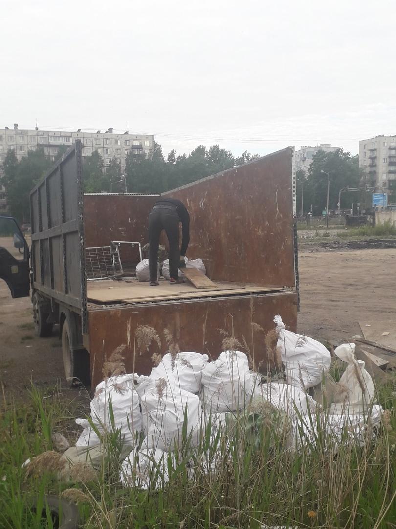 На улице Стасовой напротив заправки ПТК, на стоянке выбрасывали мусор.