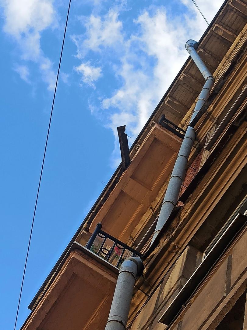 На доме №43 на Новочеркасском висит кусок карниза с гвоздями. Прям над остановкой