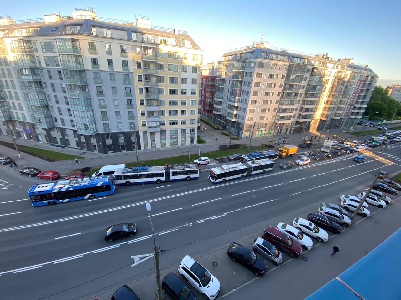На проспекте Медиков коллапс. При въезде на Кантемировский мост со стороны Петроградской. Троллейбу...