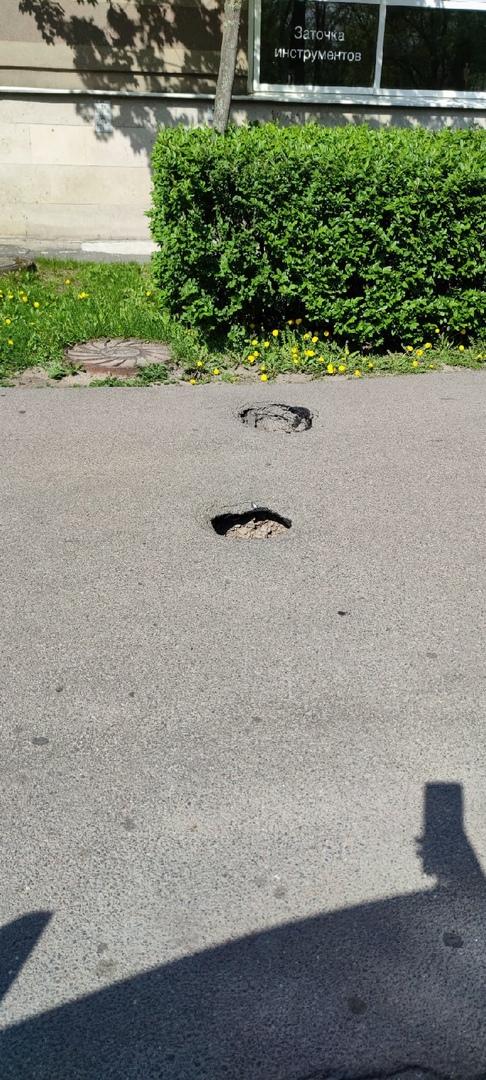 На Боткинской 15к1 пешеходов ожидает сюрприз в виде двух кратеров, в которых можно спрятать ногу по ...