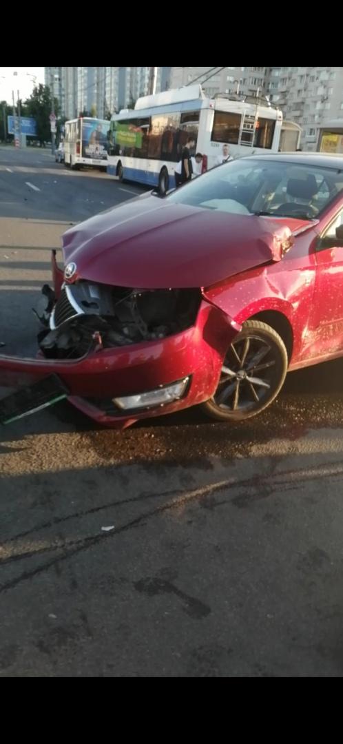 У Метро Академическая, на глазах развернуло Skod`у, переда нет. Серая Toyota пересекала перекрёсток...