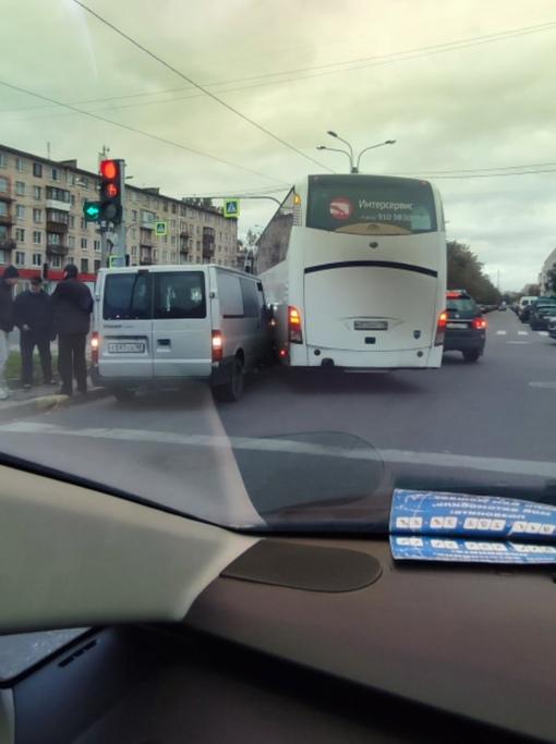 На перекрёстке Омской улицы и Ланского шосее, при повороте не все пролезли.