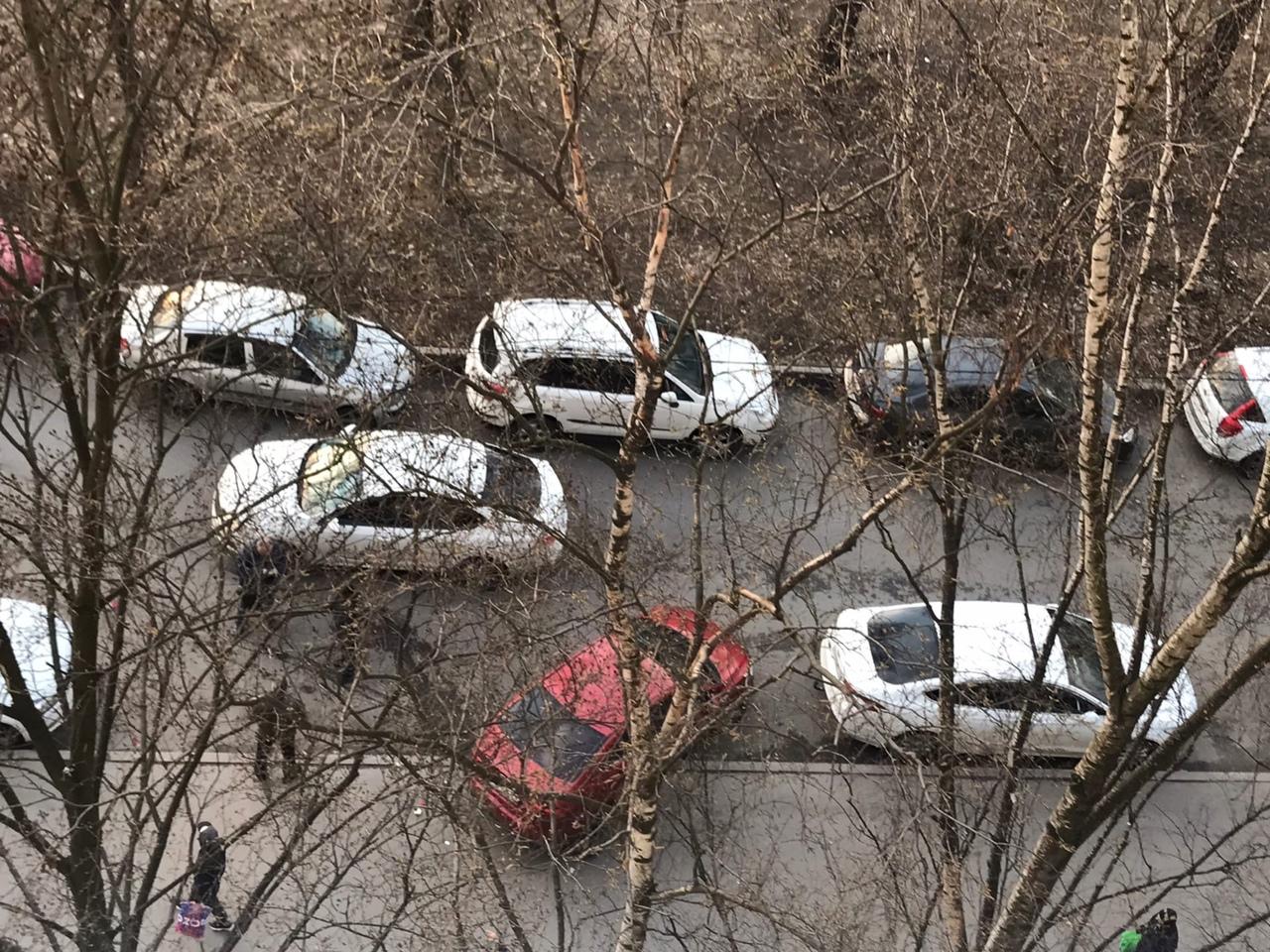В кармане у дома 25 по Белы Куна произошло странное ДТП. Двое пострадавших, третий скрылся ... предп...
