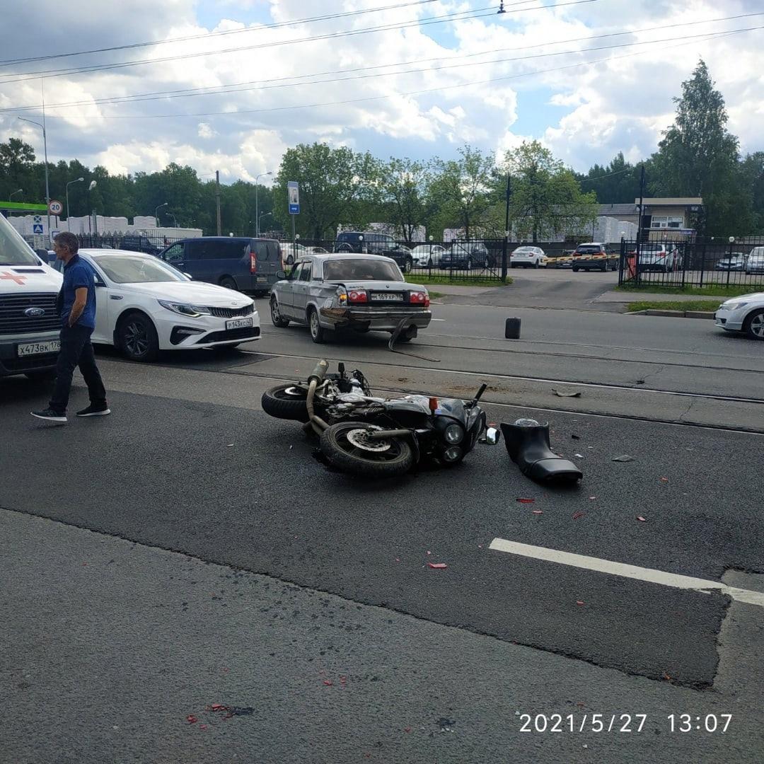 На Большой Пороховской у дома 56 произошло ДТП между мотоциклом TDM 850 и выезжающей со двора Волгой...