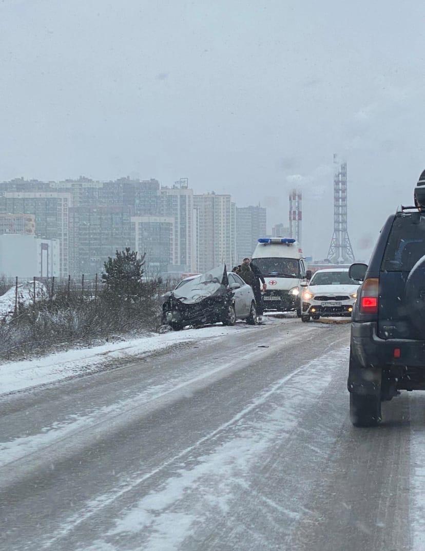 На дороге соединяющей Мурино и Бугры маршрутка слетела в кювет в результате аварии с седаном.