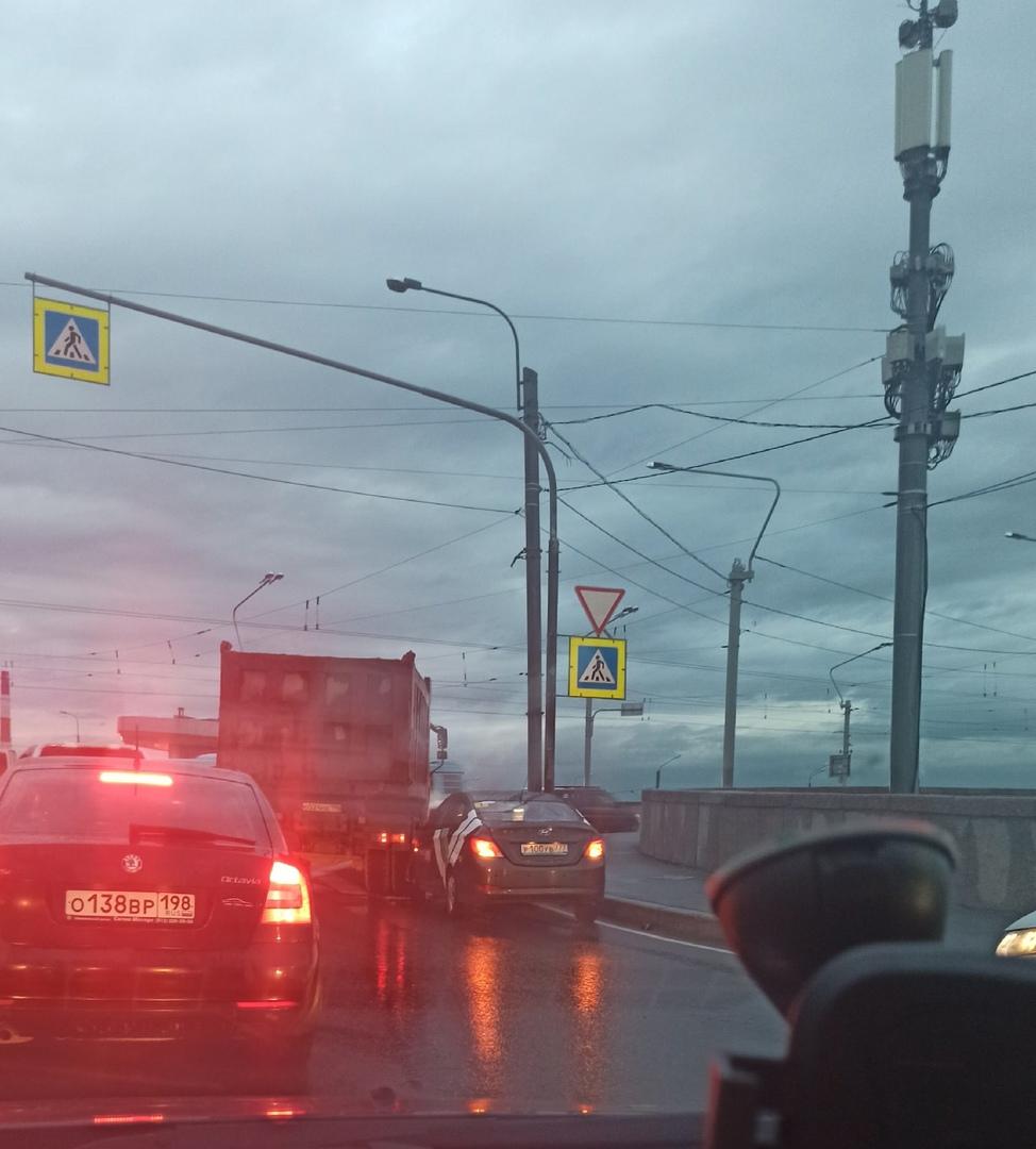 Большая машина подмяла под себя делимобиль на заезде на мост А. Невского, пробка на въезд на мост 20...