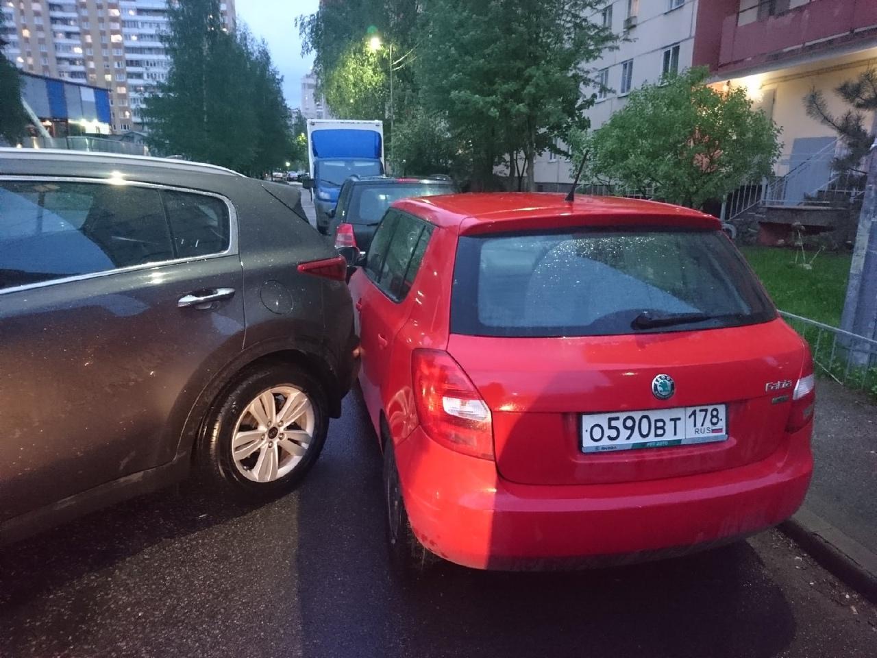 Припаркованная Киа стукнула припаркованную малютку Фабию во дворе на Ленинском 96к1, проезд во дворе...