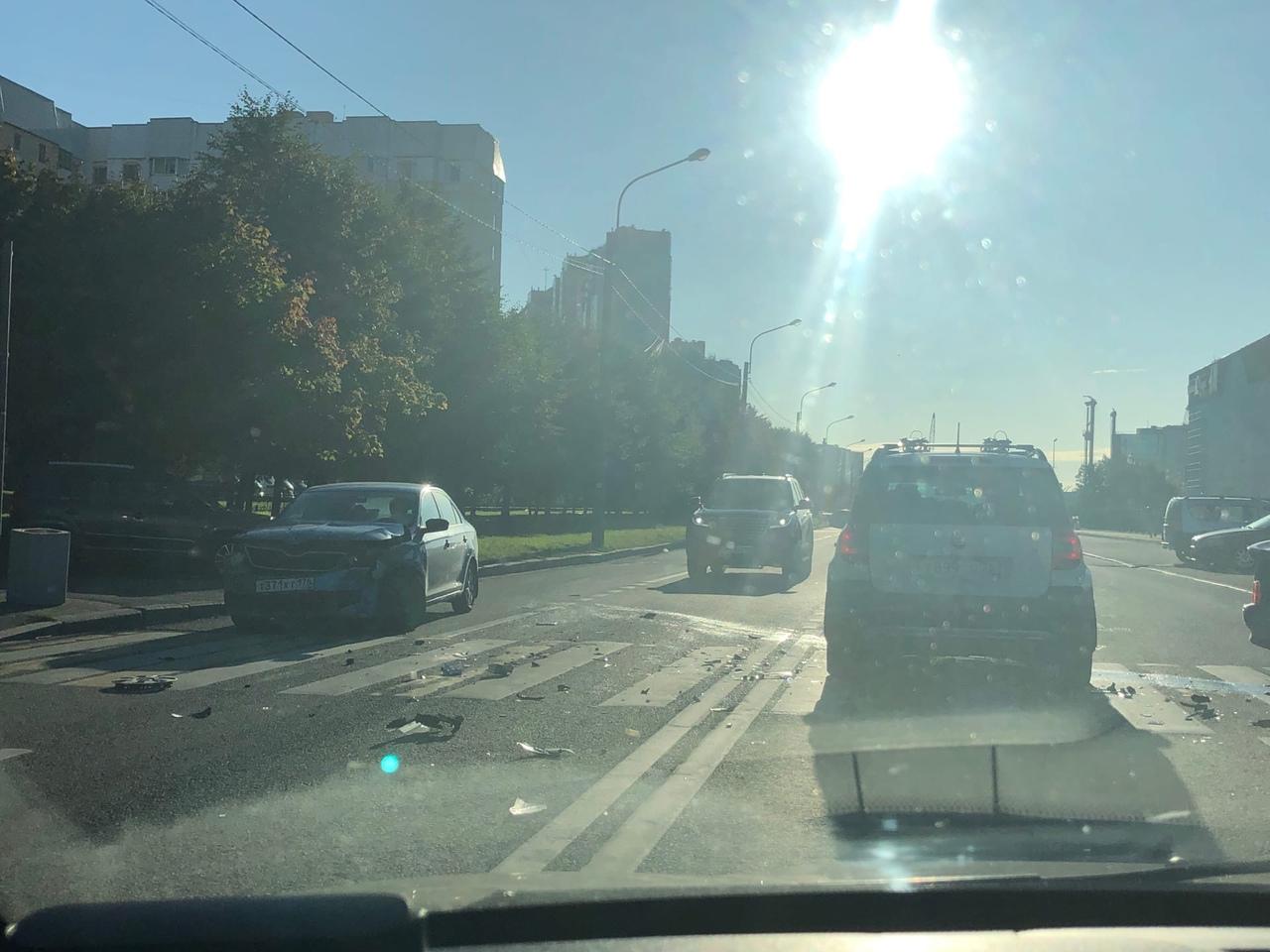 Skoda и Лада столкнулись на Приморском проспекте. Паренёк из отечественного автомобиля хромает. Жмых...