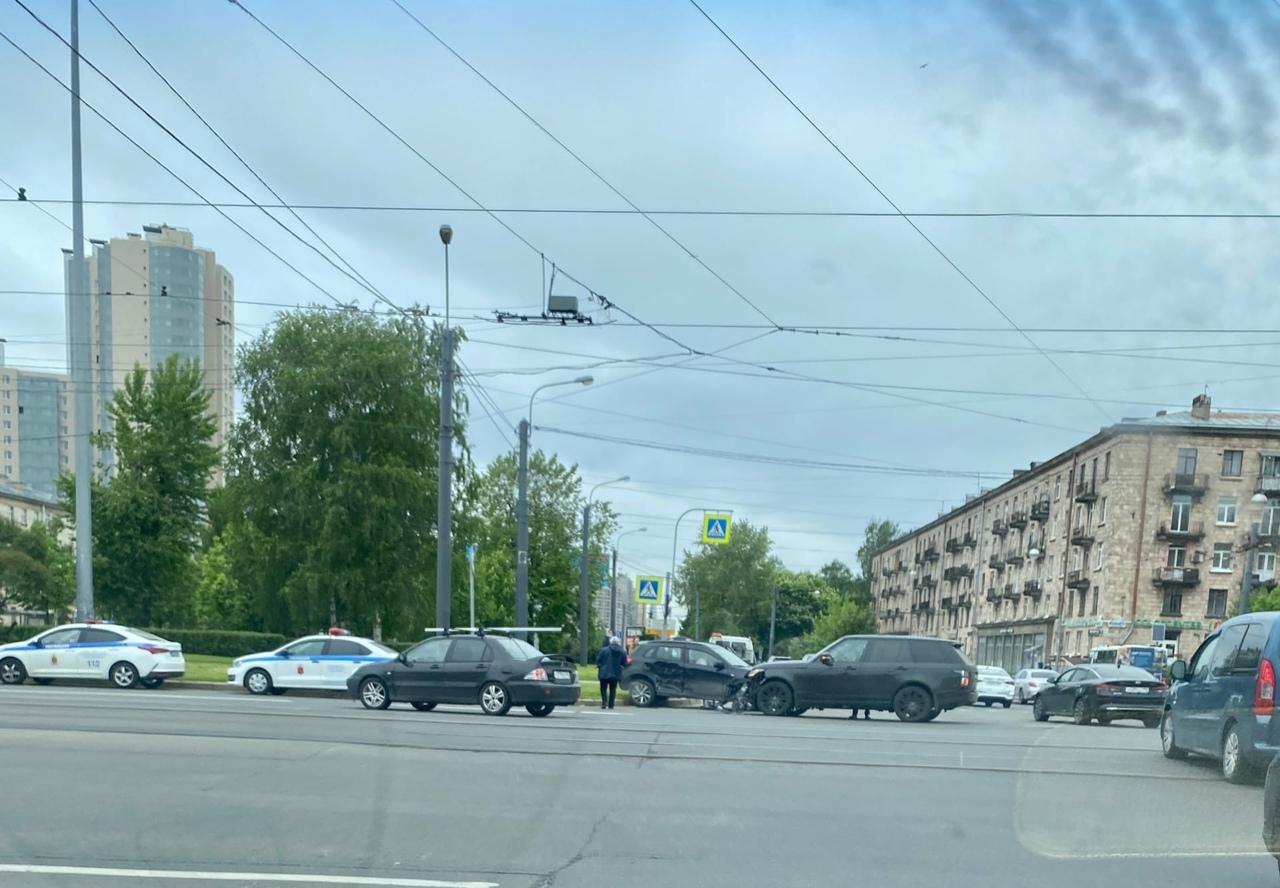 На Светлановской площади Рендж Ровер столкнулся с автомобилем, марки не разглядела. Гибдд на месте