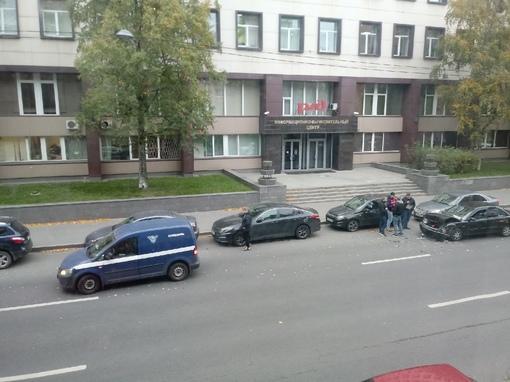 Лихач, напротив РЖД инфо, что на Боровой, врезался в зад спецсвязи.