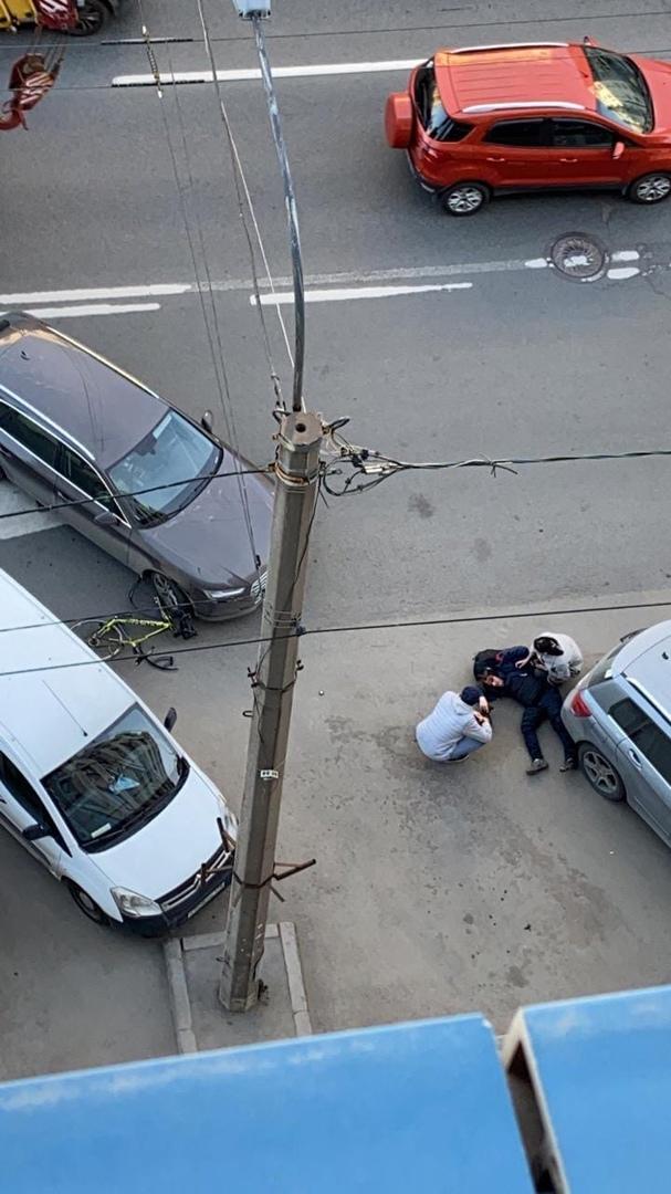 На проспекте Медиков, девушка парковалась и не увидела велосипедиста. Собрались все службы
