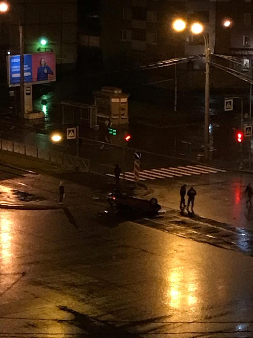 Перевернулся автомобиль на перекрёстке Богатырского проспекта и Стародеревенской улицы