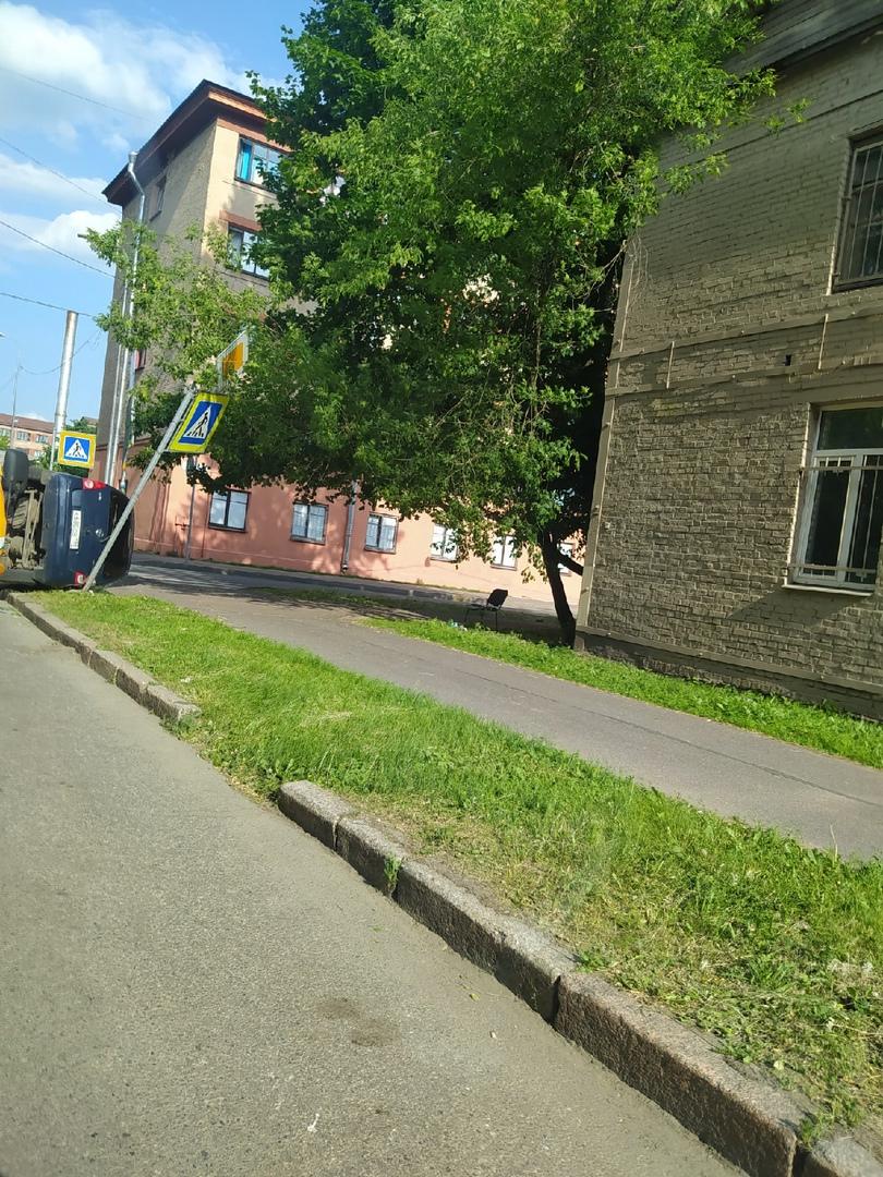 БМВ завалил Опель Agila 2001 года на пересечении улиц Капитана Воронина и Парголовской.
