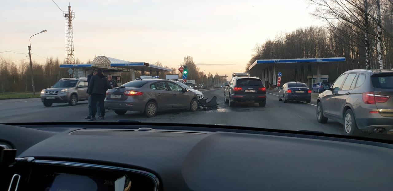 На Дороге Жизни у поста ДПС, видимо, былый разворачивался и не пропустил встречный автомобиль. Вне к...