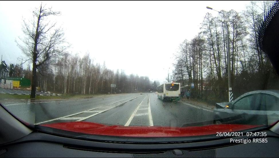 """ДТП на Краснофлотском шоссе в районе """"Стройудачи"""". Водитель ВАЗа не заметил автобус, не все приедут ..."""