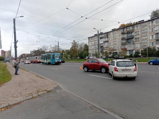 На проспекте Науки трамваи встали из-за аварии между шкодой и ниссаном.