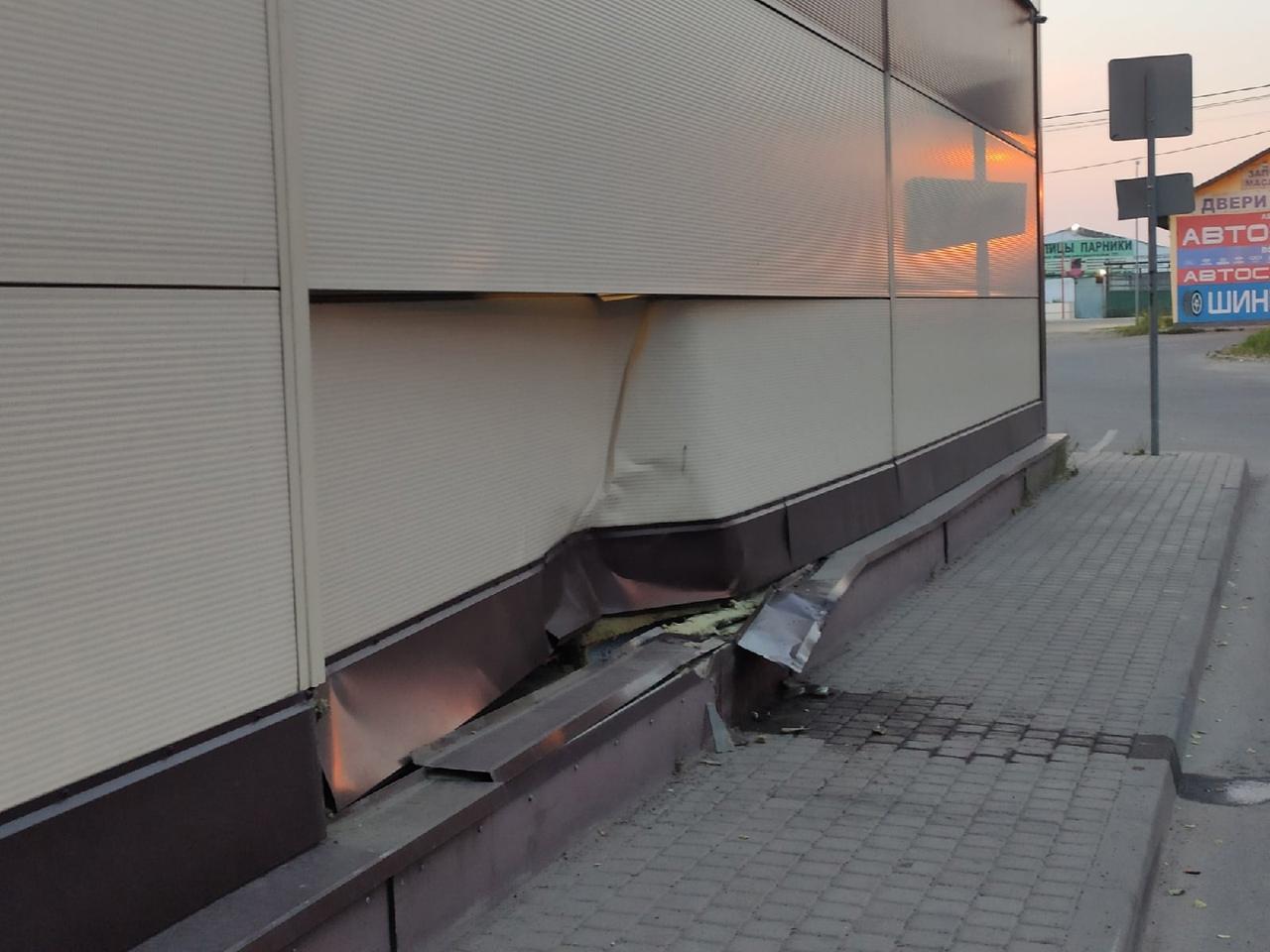 """В городе Отрадное водитель врезался в стену магазина """"Магнит"""" по адресу Ленинградское шоссе 15. Гово..."""