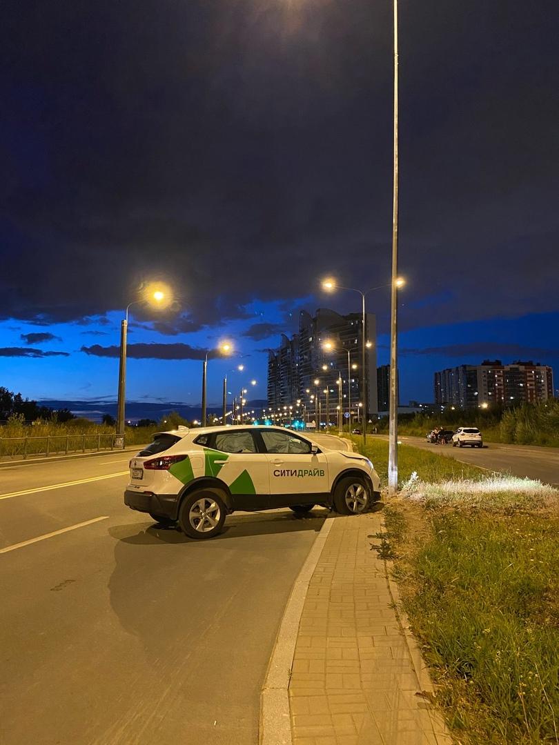 На Балтийском бульваре пьяный арендатор крашенина Ситидрайв ,вошёл резко с поворота в столб и убежал