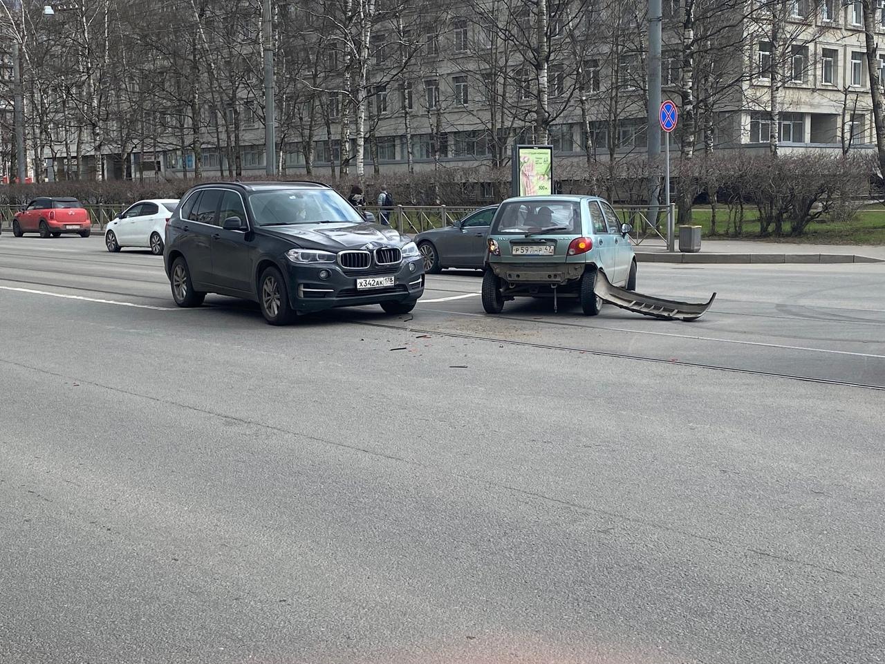 БМВ шёл по трамвайным на Торжковской улице и на перекрёстке с Лисичанской догнал Дэу Матиз Трамв...