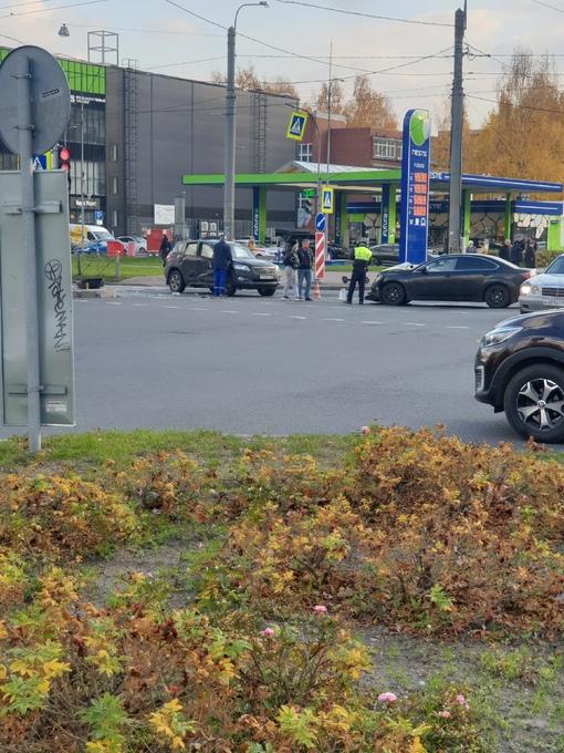 Mazda 6 и RAV 4 не поделили перекрёсток пр.Сизова и пр.Королева