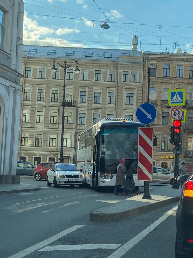 На повороте с Лиговского на 2 Советскую улицу притерлись Skoda и автобус.