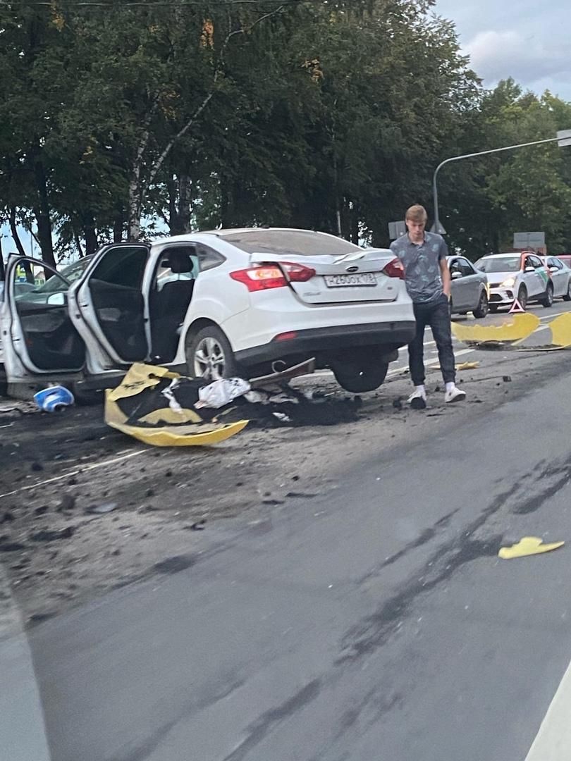 """На Красносельском шоссе у Колобановской улицы Ford сломал разделительный знак Как пишет осевидец: """"..."""