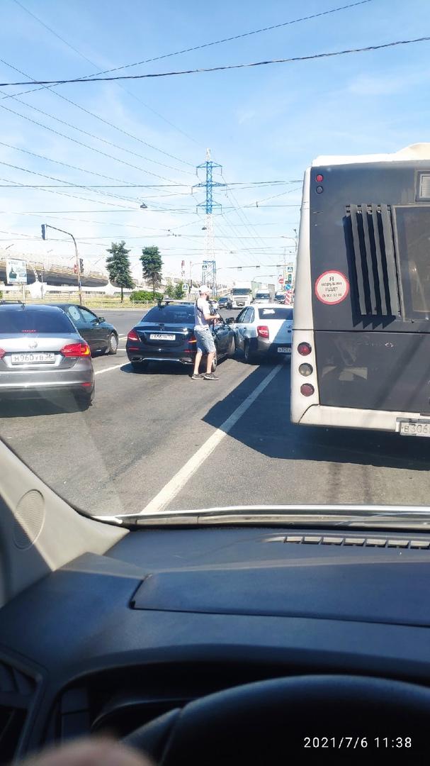 Ваз подрезал Mercedes на Кубинской, перед Ленинским