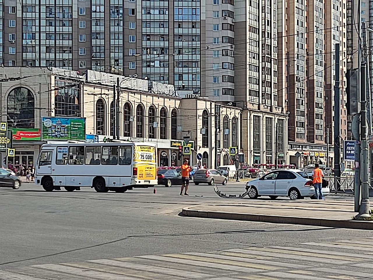 На Пионерской авария. Трамваи стоят в сторону Светлановского. Троллейбусы в сторону Черной Речки тож...