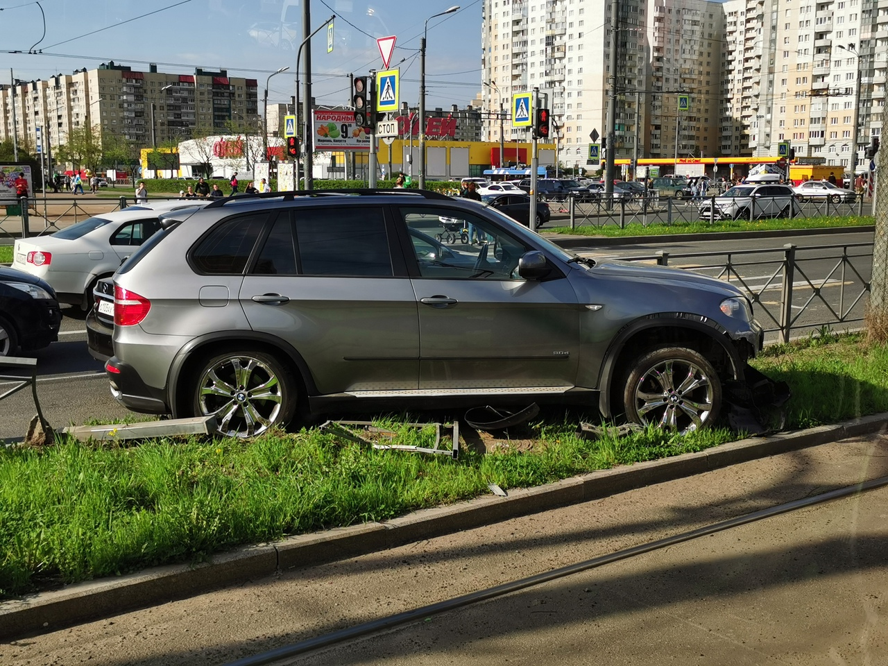 X5 снёс забор на проспекте Косыгина. Проезду особо не мешает)