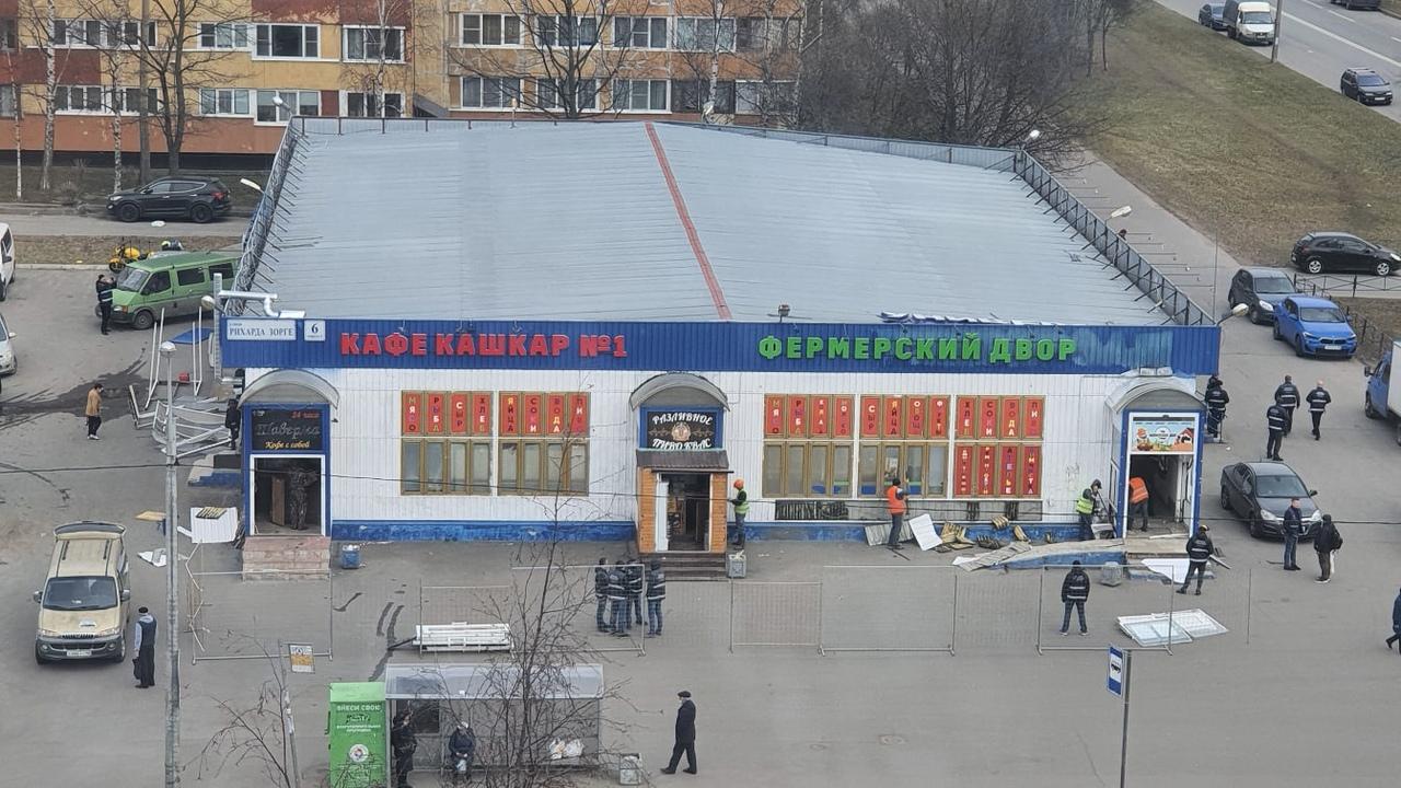 """Недавно в Кировском районе на Рихарда Зорге 6 открылся павильон """"Фермерский двор"""". А теперь его разб..."""