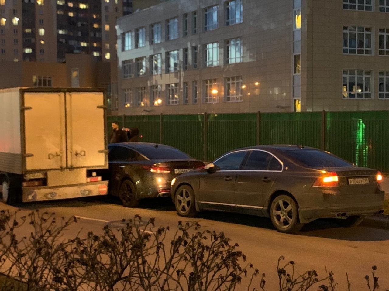 На улице Нерчинская, за Лентой которая на Дальневосточном, грузовик задел два раза машину вблизи сто...