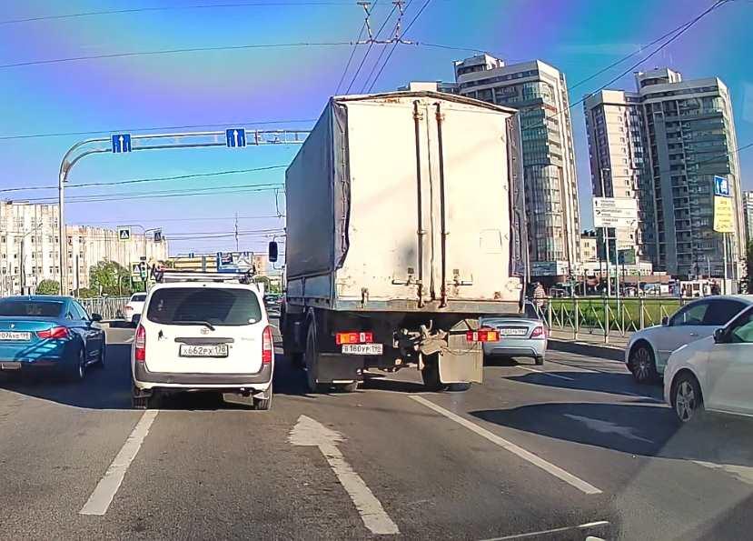 На Софийской (в сторону Славы) водитель МАЗа причинил телесные истязания Lexus, не заметил его....