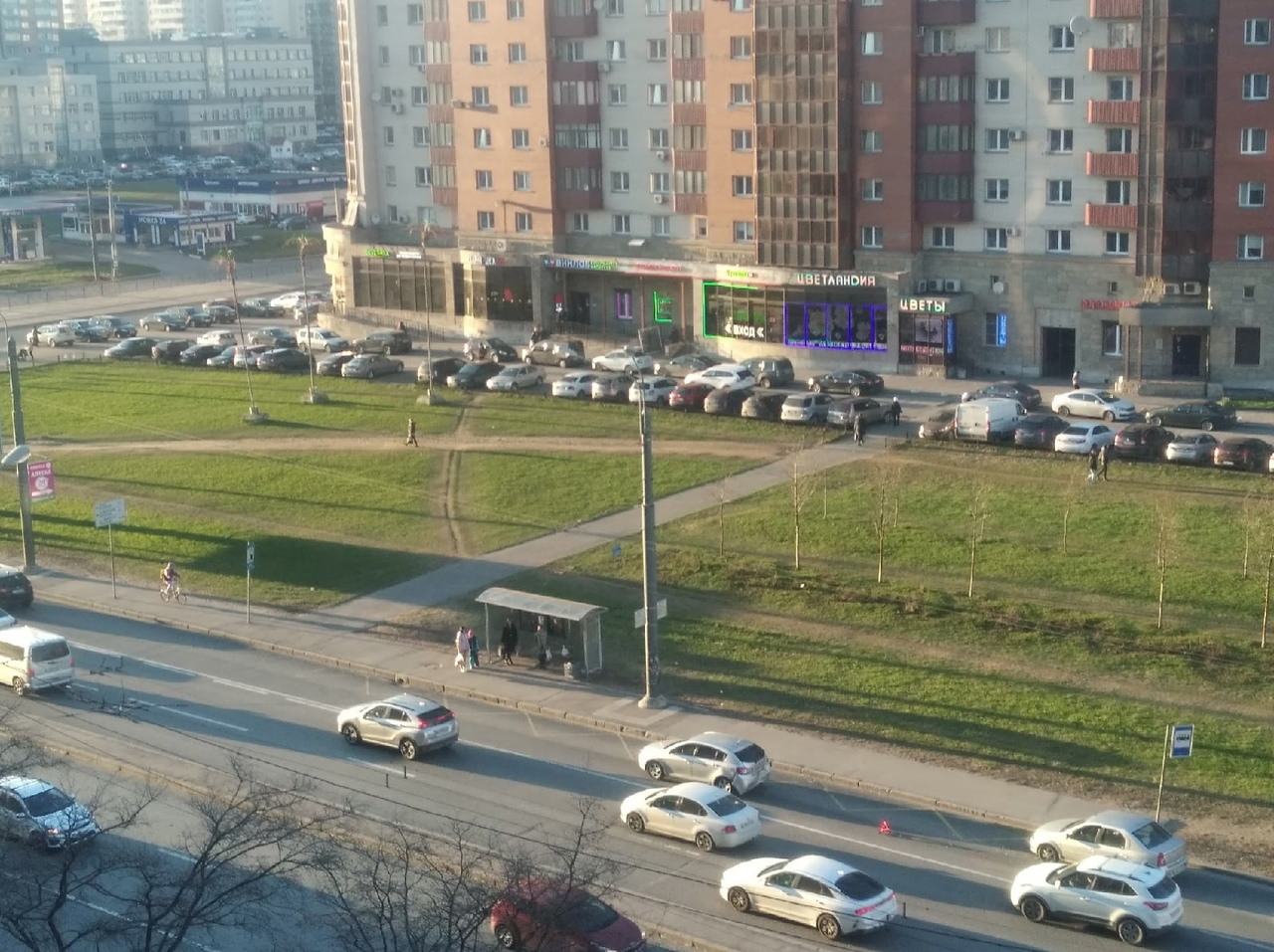 На Ленинском 87к1 уже часа 1,5-2 стоят. Люди объезжают. ДПС пока не приехали.